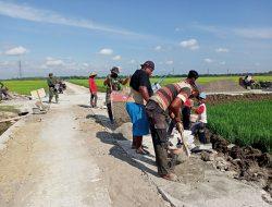 Cuaca Panas tidak menyurutkan semangat anggota TNI dan warga tetap Bergotong royong melaksanakan pembangunan Talud
